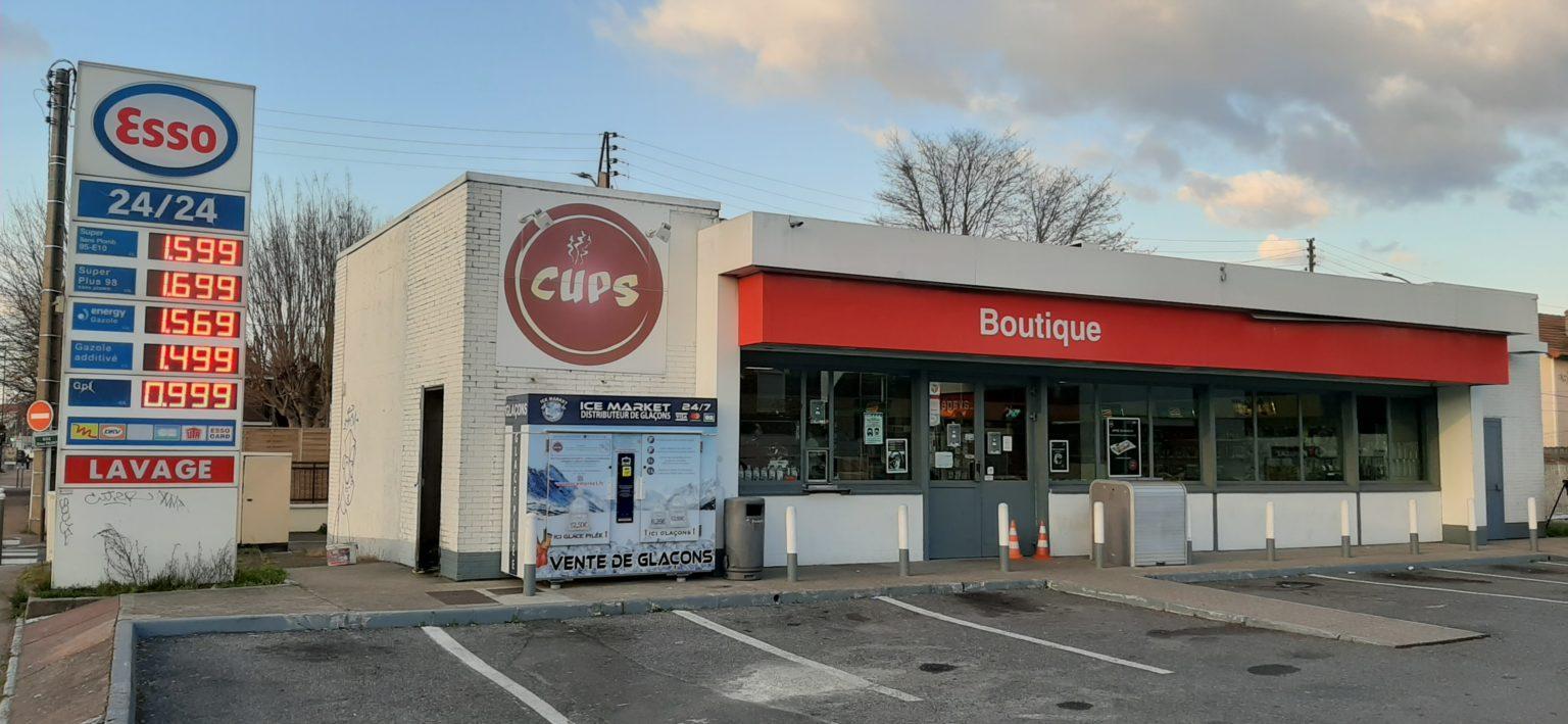 Distribteur-automatique-de-glaçons-et-glace-pilée-station Esso Villeneuve-Saint-Georges